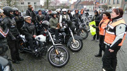 31 vrouwen genieten op hun Harley-Davidson