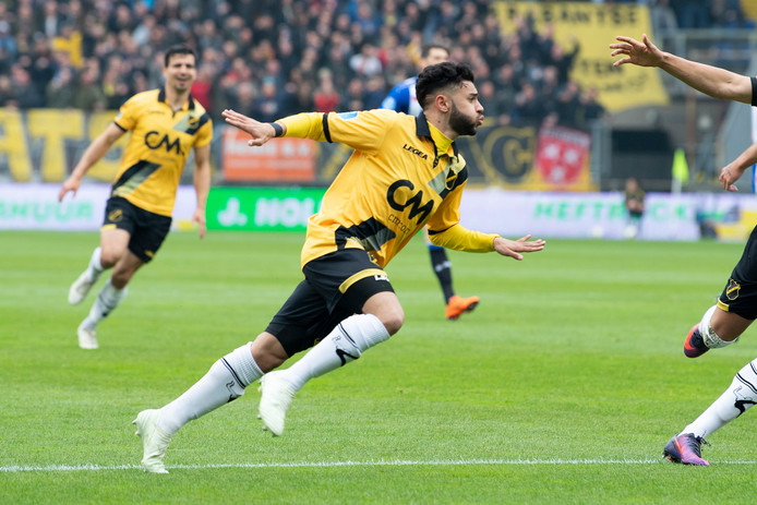 Archiefbeeld van Paolo Fernandes, die zijn doelpunt viert tegen sc Heerenveen