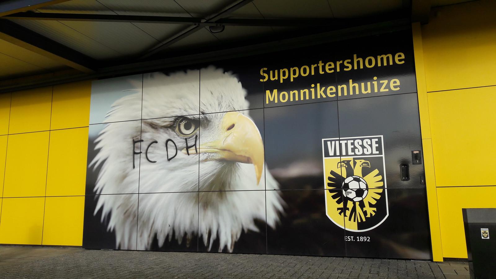 De bekladde entree van Supportershome Monnikenhuize van de Supportersvereniging Vitesse bij GelreDome.