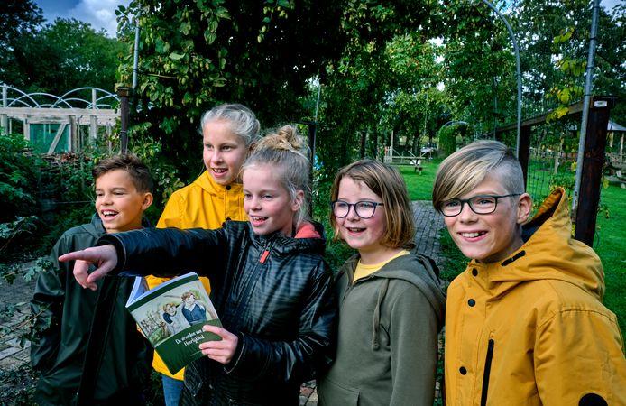 Vijf kinderen ontdekken door middel met het lesboekje 'De vrienden van de Heerlijkheid' tuin en boomgaarde van De Heerlijkheid. Van links naar rechts: Mats, Elke, Jinte, Sarah en Yadid.