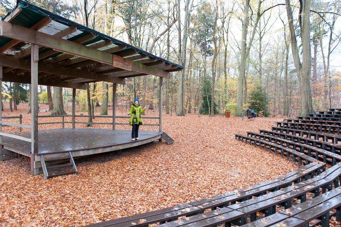 Het amfitheater Het Lommerrijk in Luttenberg heeft veel voordelen ervaren in de coronatijd en nog nooit zo'n goed seizoen gedraaid. Op de foto bestuurslid Jennieke van Doesburg.