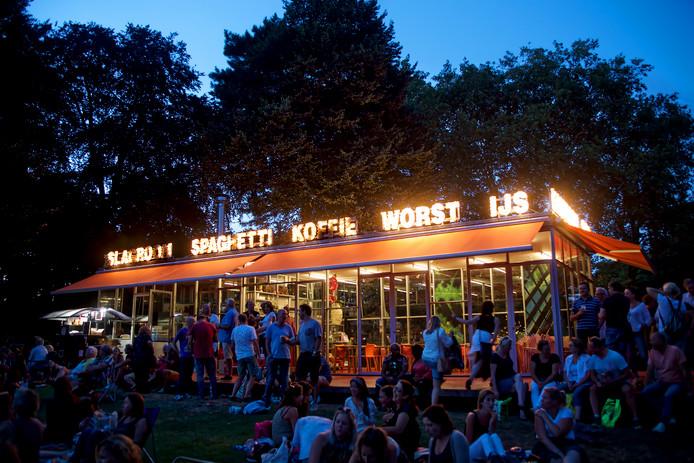Het T-Huis in Breda op een drukke zomeravond.
