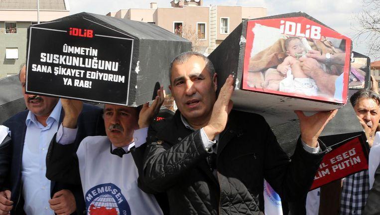 Demonstranten voor de Russische ambassade in Ankara. Beeld afp