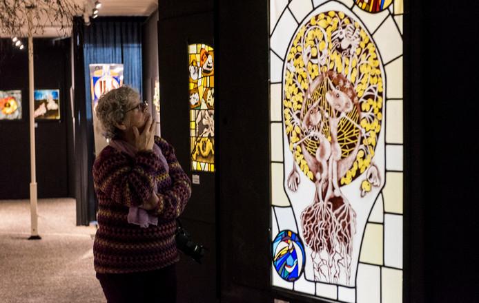 Een bezoeker in het vlakglasmuseum, dat in oktober zijn deuren sloot.