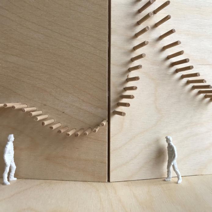 Foto van de maquette van de ingreep in het Hoornsteegje (steeg aan de Melkmarkt): een gewelfd plafond van kokers.