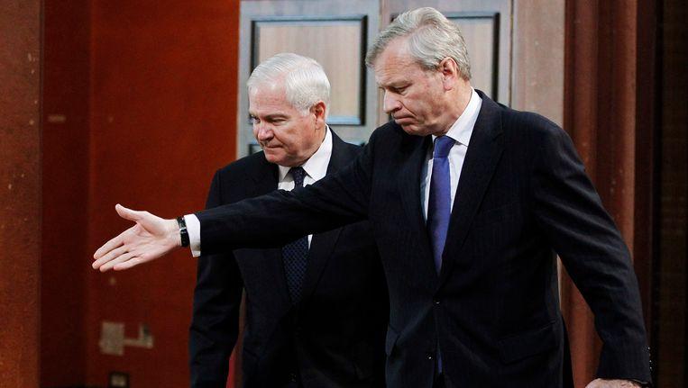 Jaap de Hoop Scheffer (rechts) in 2011 met de Amerikaanse minister van Defensie Robert Gates. Beeld AP