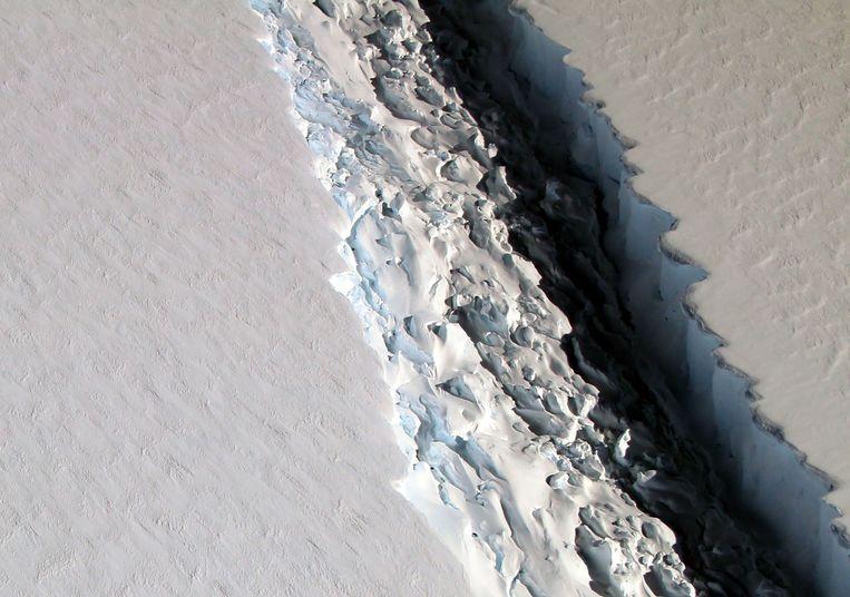 Satellietfoto van de scheur in ijsplaat Larsen C, genomen door de Nasa in december vorig 2016. Beeld AFP