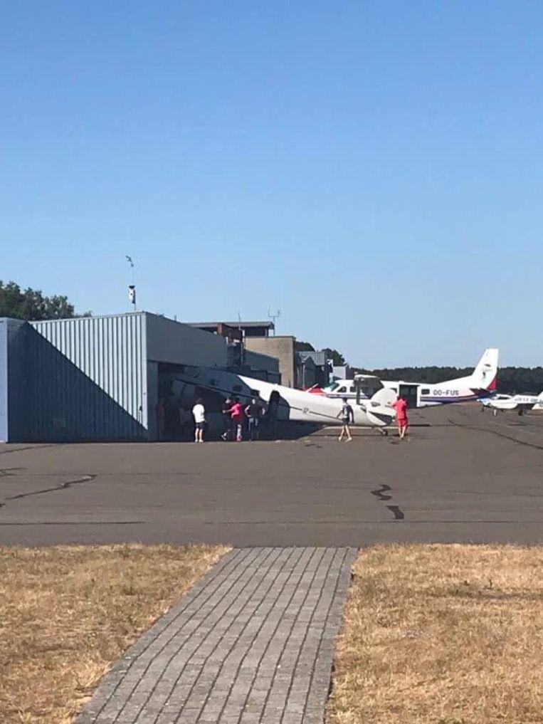 Het vliegtuig kwam in de hangar terecht.