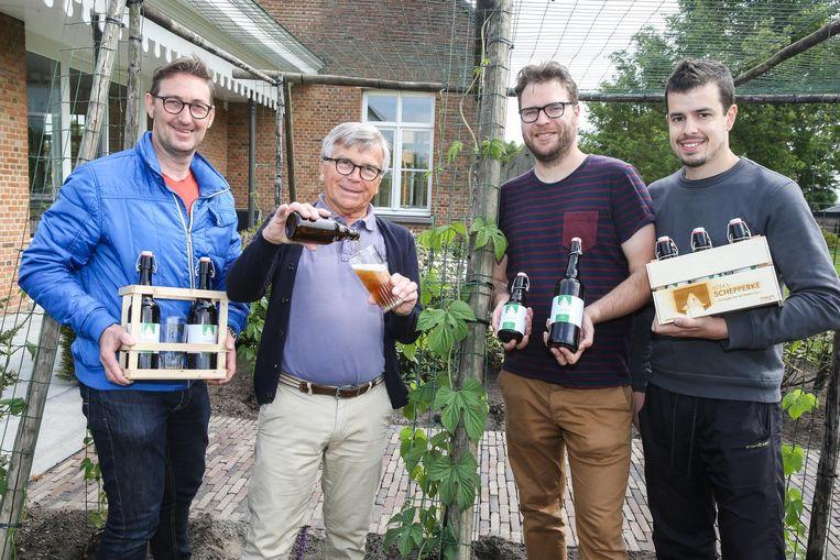 Kim Vereecke, Ronny Coopman, Fré Hurtekant en Peter Swankaert brouwen een Zomergems biertje.
