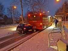 Verkeerschaos in Hengelo: auto knalt door glad wegdek op lijnbus