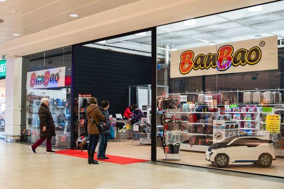 Speelgoedwinkel Banbao zit in een groter pand, tegenover Sports Direct.