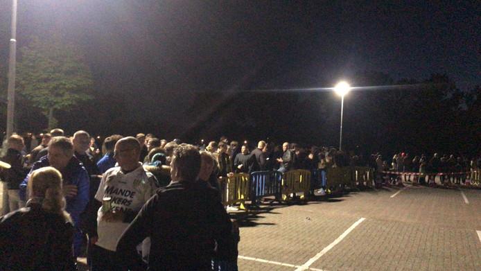 Supporters RKC wachten op de spelersbus bij het stadion