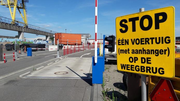 In Oosterhout kunnen gebruikers - net als straks in Roosendaal - kiezen uit twee ingangen: één voor al het gratis af te leveren afval en één betaalde voor het restafval. De auto's van bezoekers van die laatste worden vooraf gewogen.