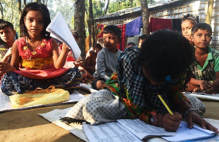 Jonge Rohingya-vluchtelingen krijgen les in een kamp in Bangladesh. Beeld AFP