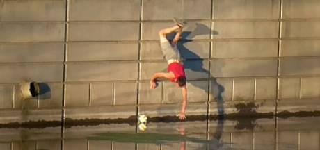 Il fait une chute hilarante en voulant récupérer une balle tombée à l'eau