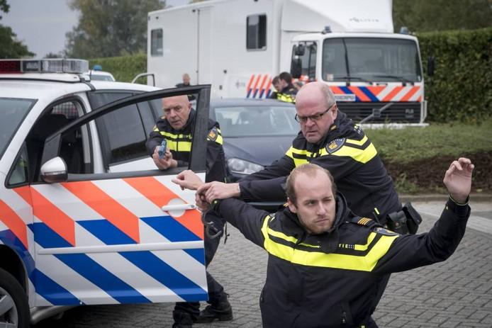 De wijkagenten van Rijnwaarden Hans Altena (l) en Hans Reijmer rekenen een verdachte in.