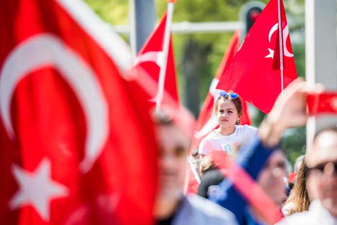 De optocht van de Turkse gemeenschap naar het festival in Presikhaaf.