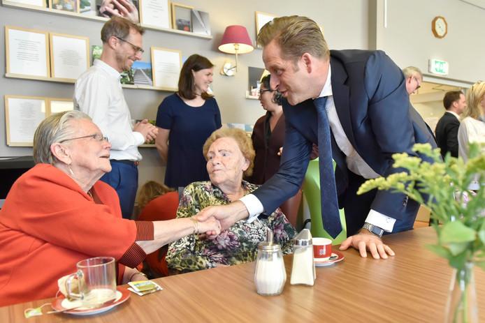 Minister Hugo de Jonge was donderdag  te gast bij respijthuis Strandgoed Ter Heijde.