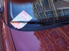Autobezitters woest om vastgeplakte VVD-flyers
