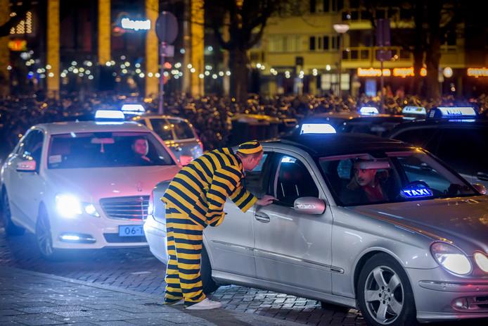 Drukte in de Taxibusiness met Carnaval. Taxi's bij het station van Eindhoven.