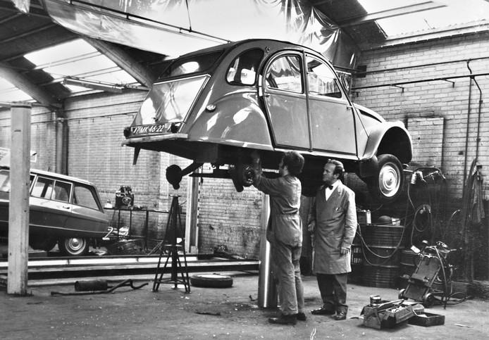 Dereumaux bleef altijd de enige autodealer in Waalre en wist op die manier veel lokale klanten aan zich te binden.