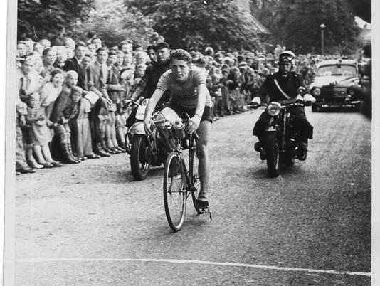 Michel Stolker solo op de Col de Portillo in de Tour de France.