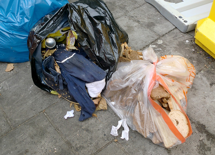 Illegale dump bij afvalcontainers in Roosendaal Foto Frank Timmers