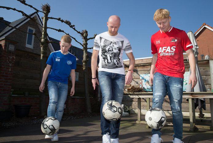 Martijn Meerdink trapt een balletje met zijn zoons Mexx en Melle.