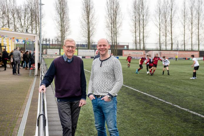 Excelsiors oudste lid Joop Cornelissen en voorzitter Frank van Schaik. Zaterdag zijn de eerste jubileumfestiviteiten.