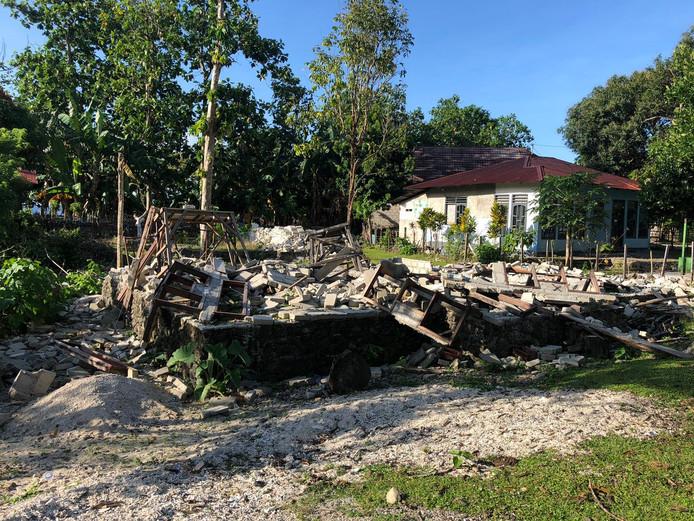 Verwoeste gebouwen en huizen in dorp Liang en van vluchtelingen in de heuvels op Ambon.