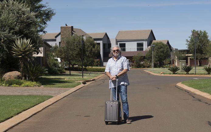 """Gerard Velthuizen wil zo snel mogelijk weer terug naar Arnhem, Met de trolley in aanslag poseert hij even buiten zijn tijdelijk verblijf in Johannesburg. ,,Ik mag hier eigenlijk niet staan."""""""