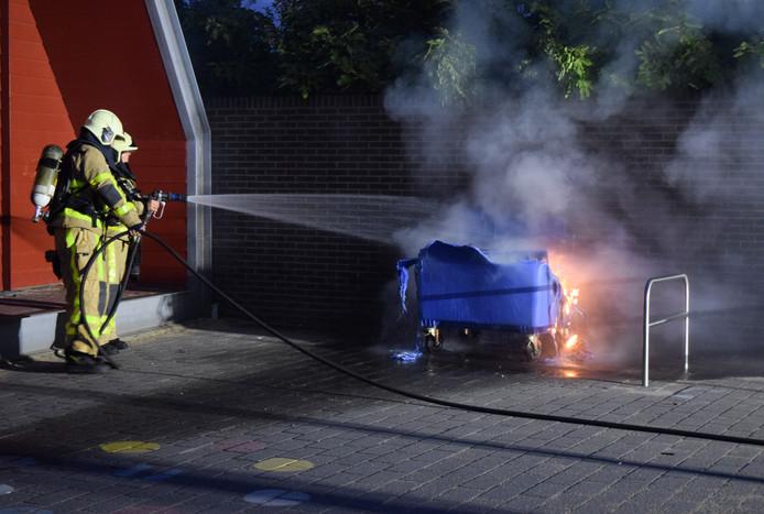 De brandweer kon niet voorkomen dat de afvalcontainer in zijn geheel uitbrandde.