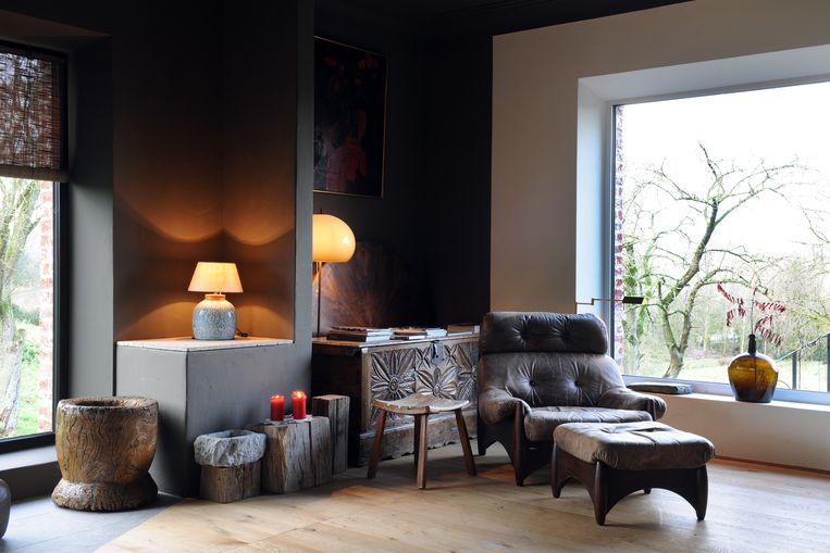 Donkere en bleke muren wisselen elkaar af. De lounge chair met ottoman van de Braziliaanse designer Sergio Rodrigues is een van Stefs favorieten.