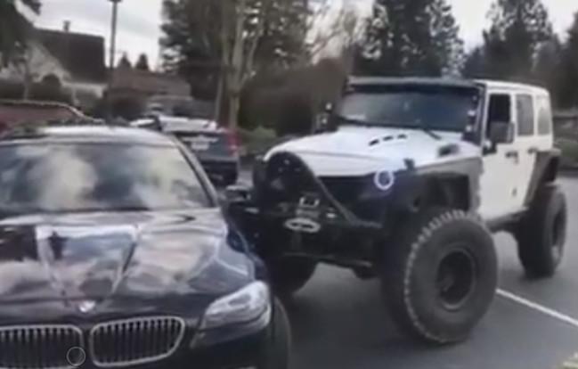 Jeep Duwt Slecht Geparkeerde Bmw Op Z N Plek Foto Ad Nl