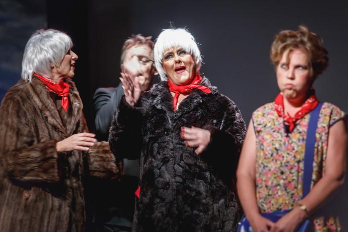 Zevenbergen - 28-10-2017 - Foto: Marcel Otterspeer / Pix4Profs - Theatergroep Impro speelde de voorstelling 'Er was eens' in theater De Schuur.