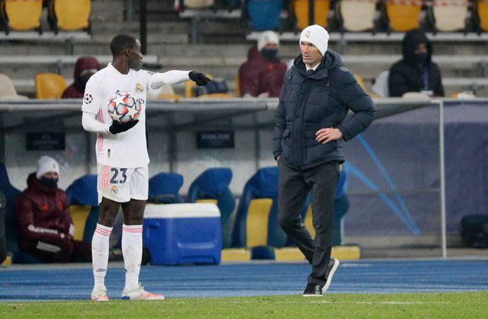 Ferland Mendy in overleg met Zinédine Zidane.