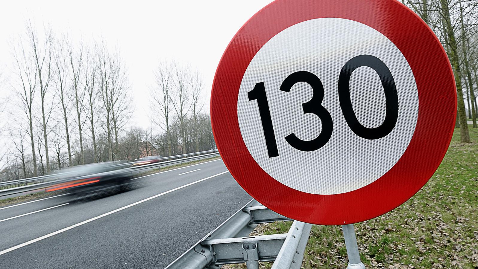 Om de uitstof van stikstof te verminderen moet de maximum snelheid op de A1 bij Hengelo omlaag, vinden GroenLinks en ChristenUnie.