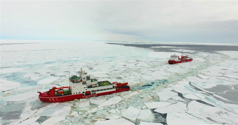 De nieuwe Chinese ijsbreker 'Sneeuwdraak 2', met achter zich het oudere zusterschip 'Sneeuwdraak 1'. Beeld Twitter
