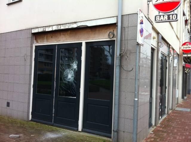 Vernielde ruit van Bar 10, het voormalige pand van coffeeshop Carpe Diem aan de Noord-Koninginnewal in Helmond.