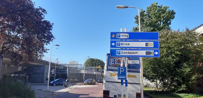 De parkeerplekken aan de Zandpoort zijn ook gekoppeld aan de digitale informatieborden met vrije parkeerplaatsen op de parkeerring rond de binnenstad.