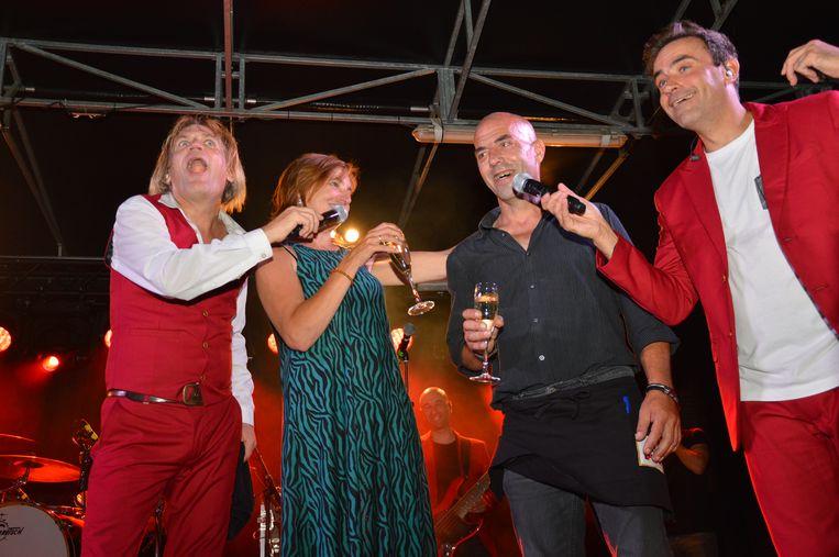 Carla vraagt Rudy ten huwelijk tijdens de festiviteiten voor de nationale feestdag in Denderleeuw.