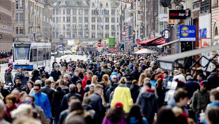 Oplossingen voor de grote drukte in Amsterdam (dit is het Damrak op Tweede Paasdag) zouden goed van kunstenaars kunnen komen Beeld anp
