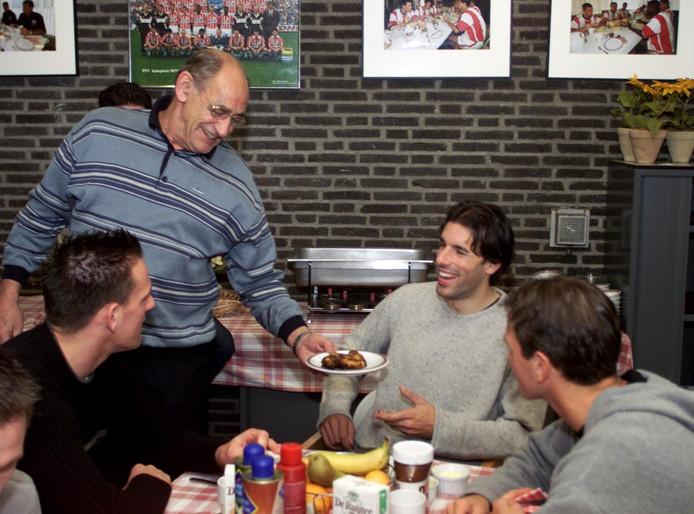 Harrie van Kemenade, de vader van Paul, geniet in zijn rol en brengt Ruud van Nistelrooij een gegrild kippeboutje. Links Jan Vennegoor of Hesselink en rechts Arnold Bruggink.