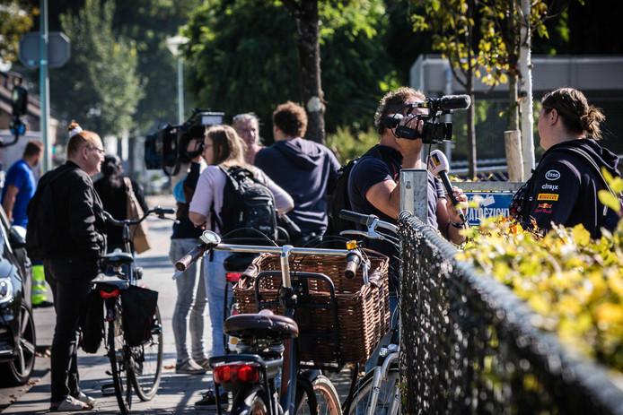 Getuigen staan de pers te woord na een schietpartij bij het Kennis- en Expertisecentrum (KEC) op de Donderberg. Er is een scholier aangehouden. Er zijn geen slachtoffers op de school gevallen.