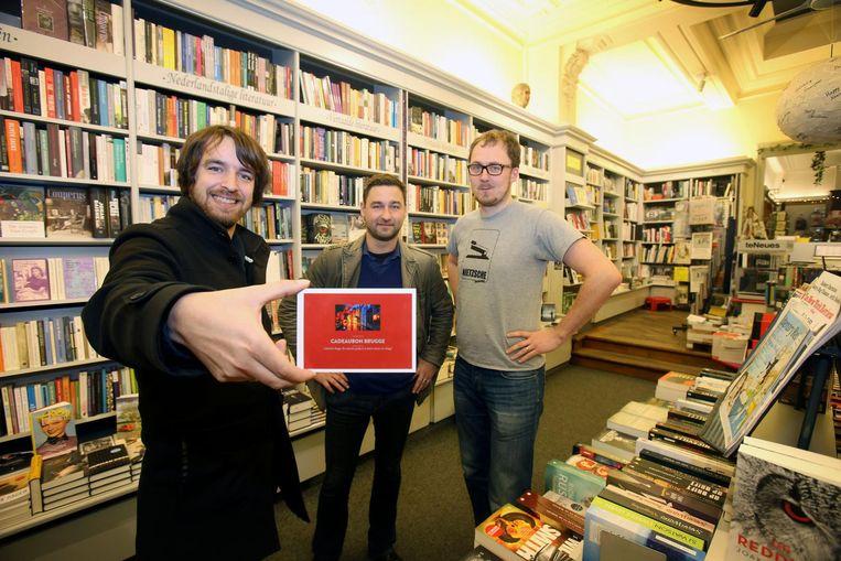 Wouter Smet, Yordy Eelen en Thomas Barbier van boekhandel De Reyghere tonen de cadeaubon.