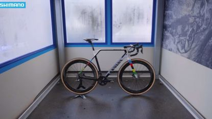 KOERS KORT 04/02. Dit is de nieuwe fiets van Mathieu van der Poel - Belgian Cycling reageert op wangedrag toeschouwers in Bogense - Gent-Wevelgem deelt wildcards uit