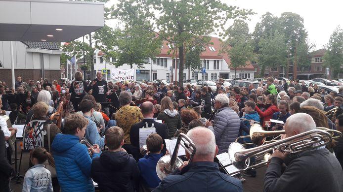 Leerlingen van de muziek- en dansschool Factorium in Goirle kwamen eerder al naar de gemeenteraad om te laten horen dat ze tegen de aangekondigde bezuinigingen zijn.