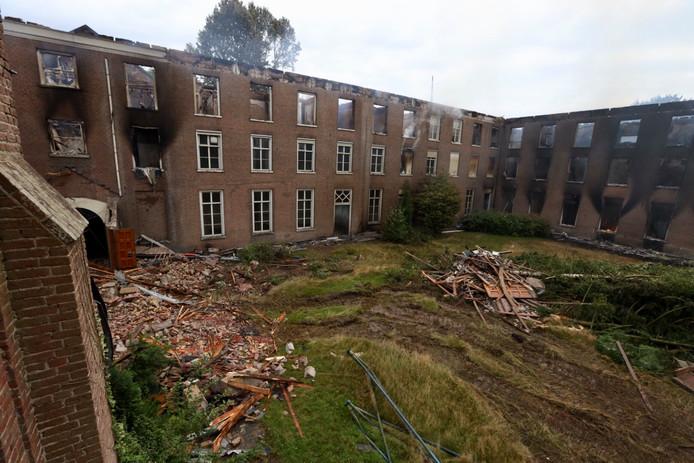 Van landgoed Haarendael in Haaren rest de dag na de brand niet veel meer dan rokende puinhopen.
