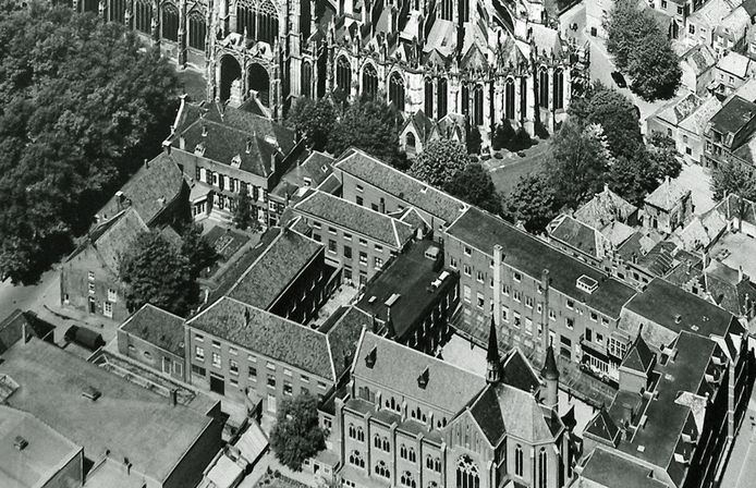 Een deel van het oorspronkelijke kloostercomplex tussen Choorstraat (boven) en Papenhulst (rechts) met de kapel.