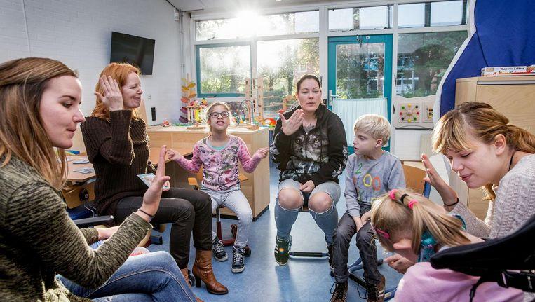 Een kringgesprek in de Kanzklas in Heerhugowaard, waar kinderen met een lichamelijke of verstandelijke handicap in een aparte klas zitten, maar wel op een gewone school. Beeld Jean-Pierre Jans